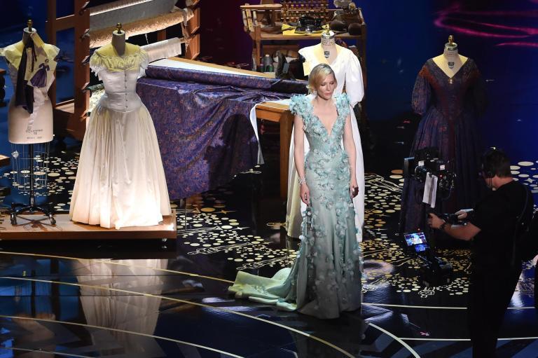 Cate Blanchett entregando al mejor vestuario