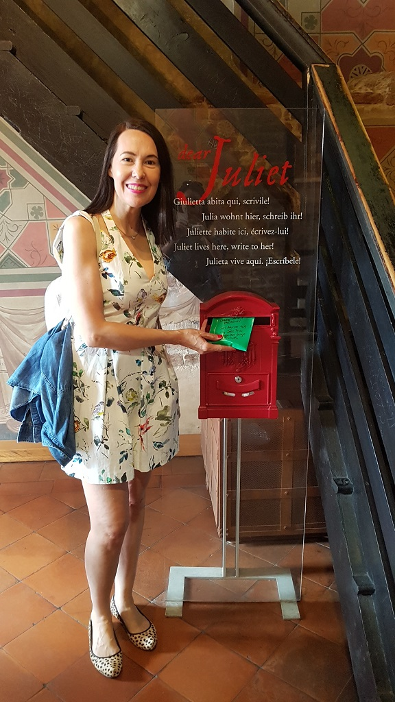 11-Y dentro de la Casa de Giulietta dejando mi carta, la que lleve escrita desde Asuncion y que es muy larga... Espero ansiosa que alguien tenga la paciencia para leerla y responderla