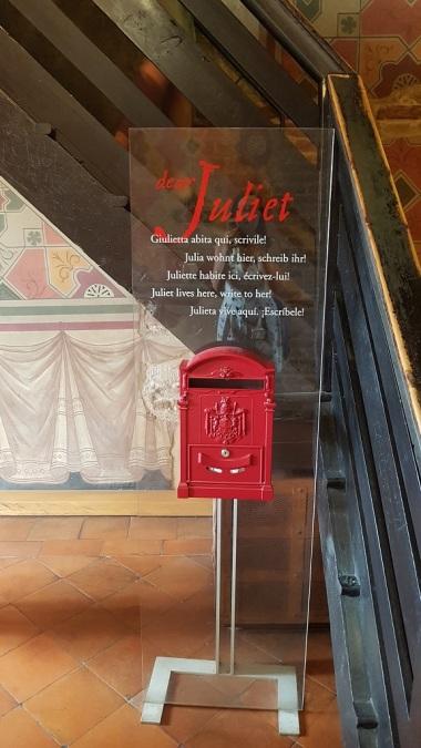 15-Estos buzones estan en varios lugares de Verona, en la casa de Giulietta, en la Tumba de Giulietta, en el Club de Giulietta... todas las cartas terminan en un mismo lugar