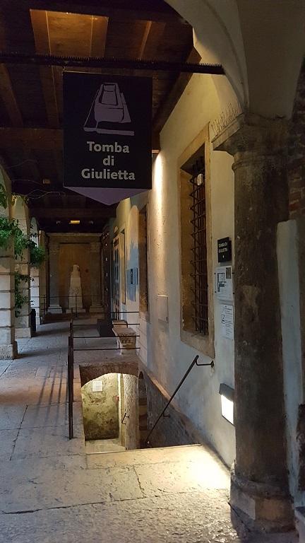 25-Escalera para descender la Tumba