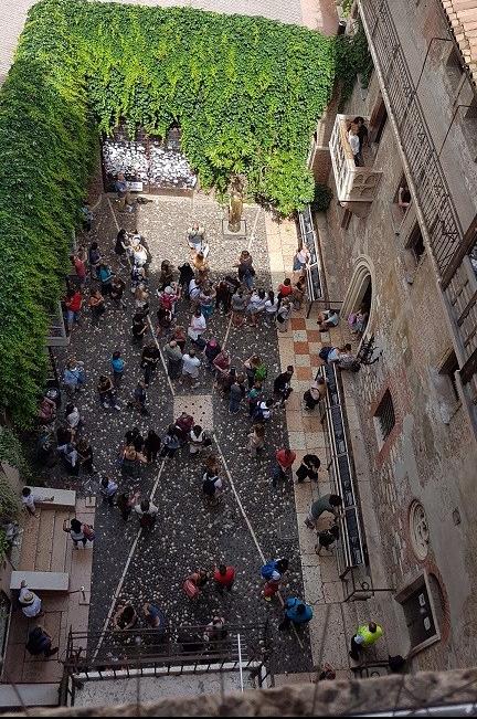 3-Cientos de turistas de todo el mundo llegan cada dia para conocer la casa de Giulietta