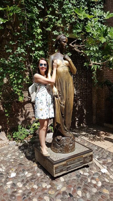 4-La tradicional foto tocando el seno de Giulietta para volver a Verona o tener un amor