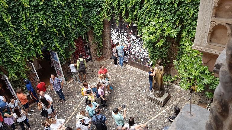 5-esta es una de las imagenes que mas me recordo a la pelicula Cartas a Giulietta... no te la pierdas, esta en Netflix... esto es Verona!