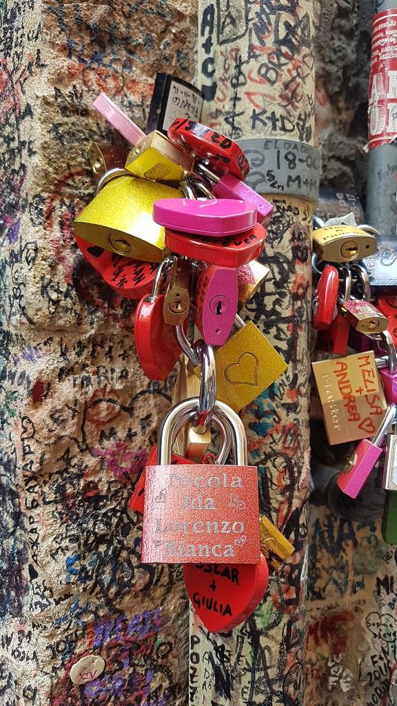 8-Todo vale... llevar tus candados grabados desde tu pais de origen, o comprar los que venden en Verona que incluso traen marcadores indelebles para que puedas dejar escritos los nombres